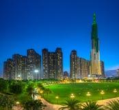 Панорамный взгляд небоскребов на ноче с много сверкная светов Стоковое Изображение RF