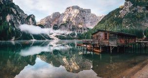 Панорамный взгляд озера в доломитах, Италии Braies Стоковое фото RF