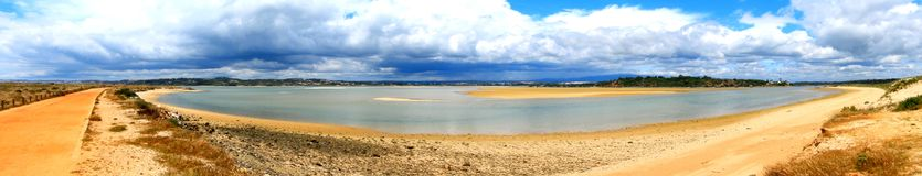 Панорамный взгляд озер соленой воды в Португалии стоковые изображения