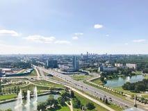 Панорамный взгляд от большой высоты на красивой столице, городе с много дорог и многоэтажных зданиях стоковые изображения