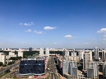Панорамный взгляд от большой высоты на красивой столице, городе с много дорог и многоэтажных зданиях Взгляд города стоковое фото