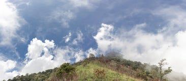 Панорамный взгляд от высоты Панорамный вид холмов вулкана Agung синь заволакивает небо панорамы стоковое изображение