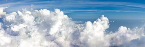 Панорамный взгляд от высоты синь заволакивает небо панорамы стоковое фото