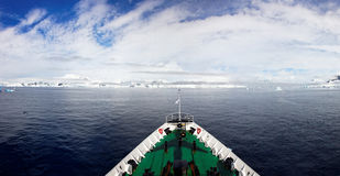 Панорамный взгляд от ледокола в Антарктиде стоковое изображение rf