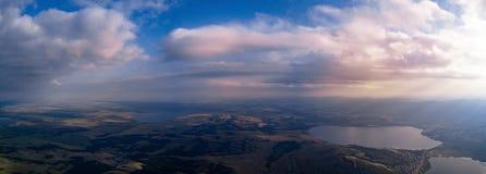 Панорамный взгляд от трутня полей приближает к горам стоковые изображения