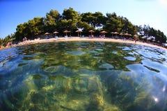 Панорамный взгляд пляжа с зонтиками от воды Стоковое Фото