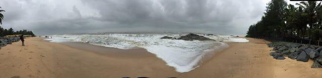 Панорамный взгляд пляжа Kundapura под облачными небесами Стоковые Изображения