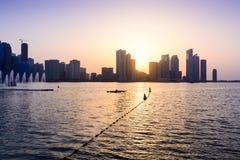 Панорамный взгляд портового района Шарджи в ОАЭ на заходе солнца стоковая фотография