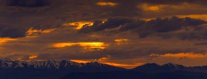 Панорамный взгляд похожего на огн захода солнца в скалистом Mouintains стоковые изображения rf