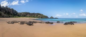 Панорамный взгляд Прая делает пляж Sancho - Фернандо de Noronha, Pernambuco, Бразилию стоковое изображение rf