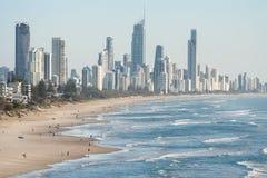 Панорамный взгляд рая серферов пляжный, одно из самых популярных назначений праздника в Австралии Стоковое Изображение RF