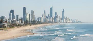 Панорамный взгляд рая серферов пляжный, одно из самых популярных назначений праздника в Австралии Стоковые Изображения