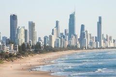Панорамный взгляд рая серферов пляжный, одно из самых популярных назначений праздника в Австралии Стоковые Фото