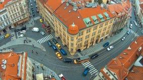 Панорамный взгляд сверху крыш зданий и церков St. Thomas в Праге от вершины St Nicholas колокола акции видеоматериалы