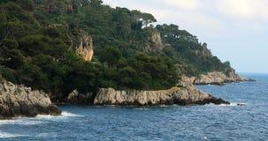 Панорамный взгляд Средиземного моря и взморья с утесами и соснами на французской ривьере акции видеоматериалы