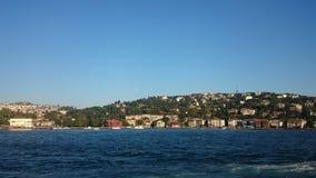 Панорамный взгляд Стамбула Городской пейзаж панорамы известного туристского канала пролива Bosphorus назначения Ландшафт Босфор п стоковое изображение