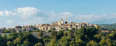 Панорамный взгляд старого горного села Vence, в Франции стоковая фотография rf