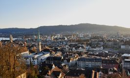 Панорамный взгляд старого города богачей ¼ ZÃ; крыша; Швейцарское федеральное I стоковые изображения