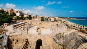 Панорамный взгляд старого римского амфитеатра Таррагоны, Испании, рядом с Средиземным морем - миром ЮНЕСКО стоковое изображение