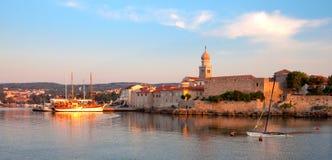Панорамный взгляд стен порта и города Krk от моря - Хорватии Стоковые Фото