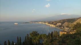 Панорамный взгляд утра Taormina в Сицилии, Италии акции видеоматериалы