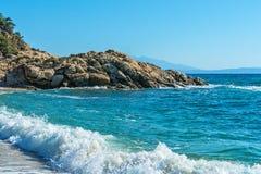 Панорамный взгляд Эгейского моря на Chalkidiki, Греции Пляж Proti Ammoudia, один из самых красивых пляжей в Эгейском море стоковые фото