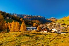 Панорамный взгляд Corvara в Dolimites, Италии стоковая фотография rf
