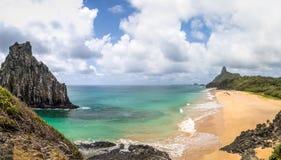 Панорамный взгляд Morro Dois Irmaos, Morro делает Pico и повреждает de Dentro Пляж - Фернандо de Noronha, Pernambuco, Бразилию стоковые фотографии rf