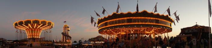Панорамный взгляд nighttime традиционного funfair стоковое изображение