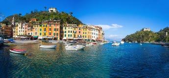 Панорамный взгляд Portofino, итальянского рыбацкого поселка, провинции Генуи, Италии Туристское место с живописными гаванью и col стоковая фотография rf