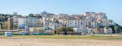 Панорамный взгляд Rodi Garganico, провинции Фоджа, Апулии Италии стоковые изображения