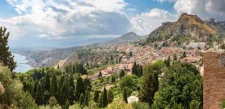 Панорамный взгляд Taormina на Сицилии стоковая фотография