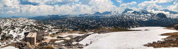 Панорамный взгляд ландшафта лета снежного плато Dachstein-Krippenstein горы Стоковая Фотография
