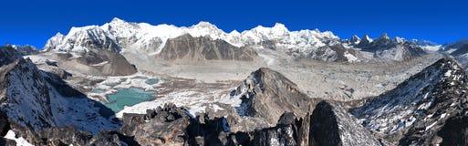 Панорамный взгляд базового лагеря держателя Cho Oyu и Cho Oyu Стоковое фото RF