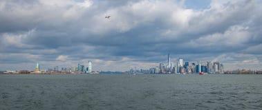 Панорамный взгляд более низкого острова горизонта и Libery Манхаттана и статуи свободы - Нью-Йорка, США Стоковое фото RF