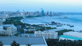 Панорамный взгляд большого города морем ноча дня к Timelapse видеоматериал