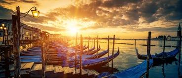 Панорамный взгляд Венеции с гондолами на восходе солнца Стоковая Фотография RF