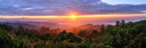 Панорамный взгляд восхода солнца с туманом и горой на Doi Pha Hom Pok, второй самой высокой горе в Таиланде, Чиангмае, Таиланде Стоковое Фото