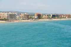 Панорамный взгляд горизонта пляжного комплекса города Peniscola на Средиземном море Стоковое Фото