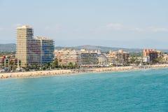 Панорамный взгляд горизонта пляжного комплекса города Peniscola на Средиземном море Стоковое фото RF