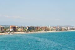 Панорамный взгляд горизонта пляжного комплекса города Peniscola на Средиземном море Стоковые Фото