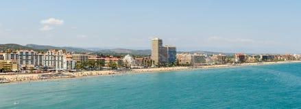 Панорамный взгляд горизонта пляжного комплекса города Peniscola на Средиземном море Стоковое Изображение