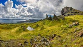 Панорамный взгляд горной породы старик Storr & x28; Остров Skye, Scotland& x29; стоковые изображения rf
