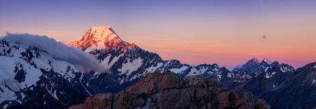 Панорамный взгляд горной цепи кашевара Mt на красочном заходе солнца, NZ стоковая фотография