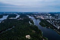 Панорамный взгляд города Киева с рекой Dnieper Большой район парка в середине города вид с воздуха Стоковые Изображения