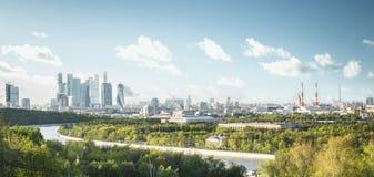 Панорамный взгляд города Москвы от холмов воробья Стоковые Фото