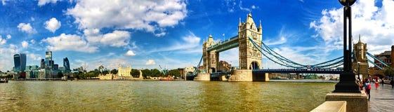 Панорамный взгляд города моста и Лондона башни Стоковая Фотография