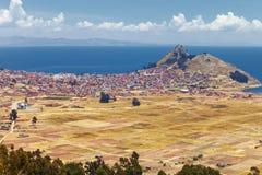 Панорамный взгляд города Copacabana на побережье озера Titicaca, Ла Paz, Боливии Стоковая Фотография