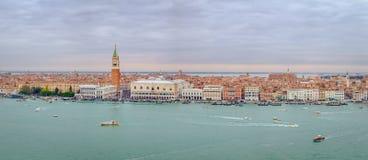 Панорамный взгляд городского пейзажа лагуны Венеции, Италии стоковые изображения rf