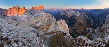Панорамный взгляд гор Dolomiti - группа Tofana - Италия стоковые изображения rf